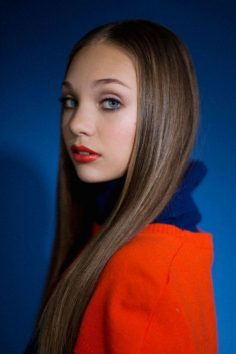 Maddie Ziegler poses with the cutest looks of autumn