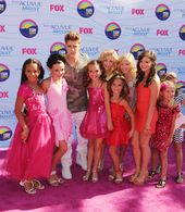 Justin Bieber with the children of Dance Moms on Tee …